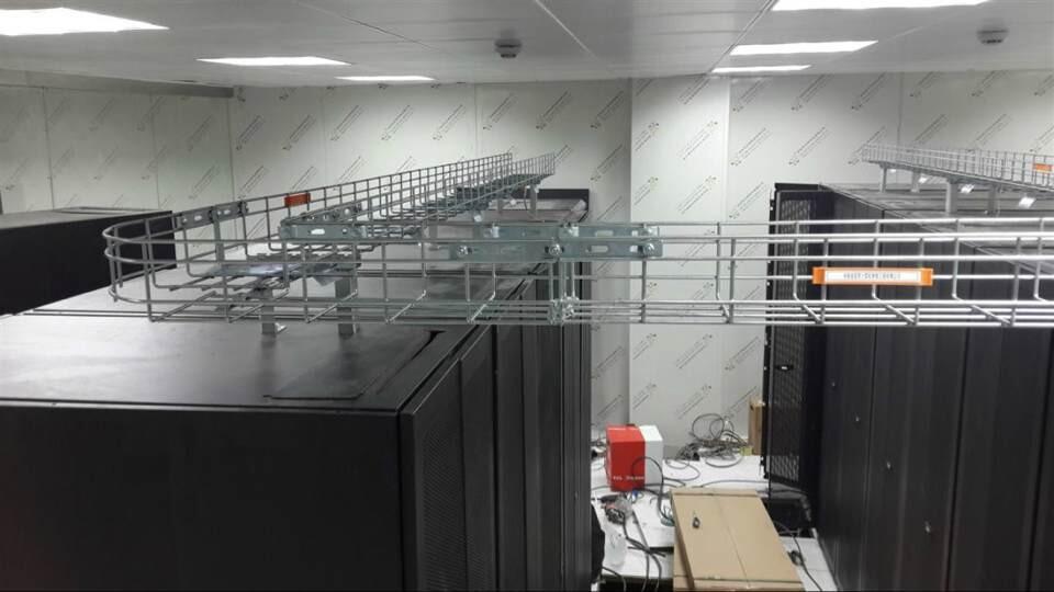 机柜上安装网格桥架.jpg